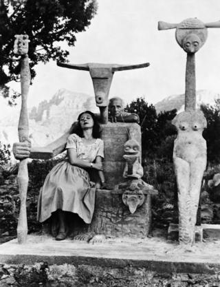 Так подружжя Доротея Таннінг і Макс Ернст помістило себе в скульптуру Ернста