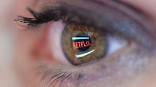 Logo da Netflix em reflexo numa pupila