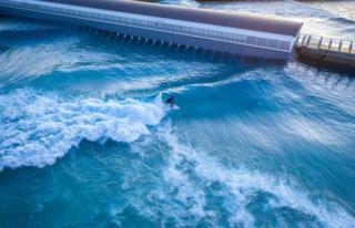 O incrível lago artificial para surfistas que pode produzir até mil ondas por hora