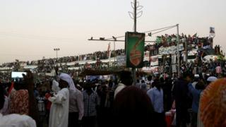 متظاهرون يستقبلون قطار الحرية القادم من عطبرة