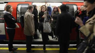 Gente saliendo de un vagón del metro de Londres