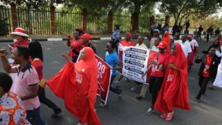 """Para pegiat gerakan #BringBackOurGirls, """"kembalikan anak-anak perempuan kami, melakukan unjuk rasa di Abuja menandai 1.000 hari penculikan 200 siswi SMP Chibok, oleh kelompok Boko Haram, Nigeria."""