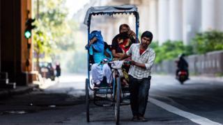 கொரோனா கொல்வதற்கு முன்பாக பட்டினி எங்களைக் கொன்றுவிடும் - இந்திய துயரம்
