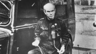 Norman Bethune, junto a la ambulancia en la que se dirigía a Málaga para atender a los heridos en el frente.