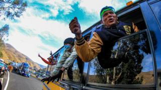 أفراد من المهاجرين يحتفلون بالوصول إلى مدينة تيجوانا