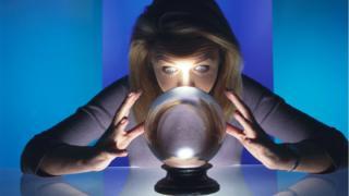 算命師看水晶球