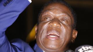与党本部前で支持者に語りかけるムナンガグワ氏