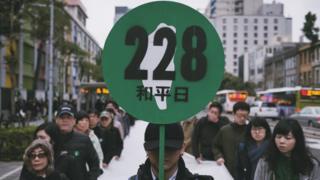 2017年是228事件七十周年,吉华拍下当时游行的照片,也成为书本的封面。