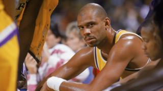 Kareem Abdul-Jabbar, en el banquillo en un partido con los Lakers.