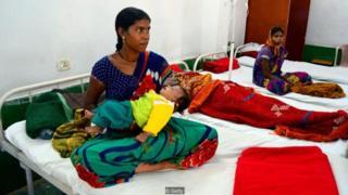 Là một trong những phụ nữ bị biến chứng trong đợt triệt sản hàng loạt năm 2014 làm 13 phụ nữ bị chết, Anita Bai đang chăm sóc con mình trong khi bà được bệnh viện chăm sóc