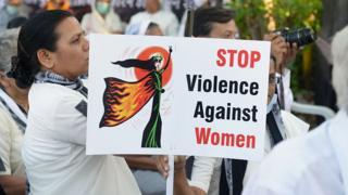 Hindistan'da Hristiyanlar 2015 Mart ayında Ahmedabad'da yaşlı bir rahibeye toplu tecavüz üzerine yapılan gösteride