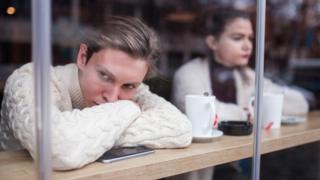Pessoas entediadas em um café