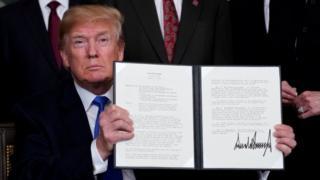 """特朗普簽署""""中國經濟侵略""""備忘錄之後,宣佈對一系列中國貨物徵收進口稅,每年稅額約500億美元。"""