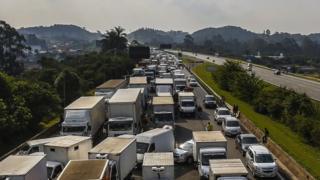 Camioneros bloquean una autopista cerca de Sao Paulo.