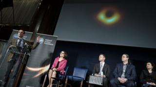 拍摄黑洞的科学家团队在美国举行记者会,公布这张照片。
