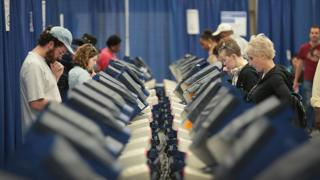 イリノイ州シカゴの投票所で期日前投票する人たち