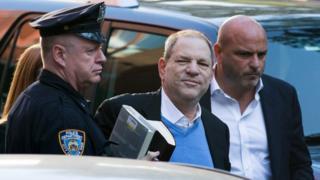 Ông Weinstein không bình luận gì khi ông bước vào đồn cảnh sát ở New York