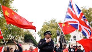 揮舞著的中英兩國國旗
