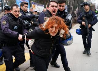 10 Şubat'ta Ankara'da, Ankara Üniversitesi'nden akademisyenlerin ihracını protesto için gerçekleştirilen gösteri.