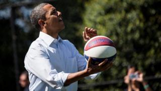 Obama con un balón de básquetbol