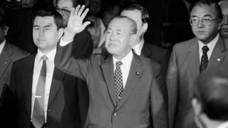 Cựu thủ tướng Kakuei Tanaka vẫy tay sau khi bị tòa kết án bốn năm tù năm 1983