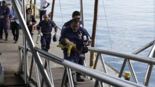 Bebê Davi Gabriel sendo resgatado pelos Bombeiros da Bahia