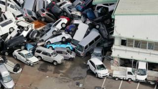 兵库县神户市某停车场数十辆汽车在台风中被推至一叠(5/9/2018)