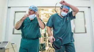 Провести операцию врачам Института сердца под руководством Бориса Тодурова (справа) помогли немецкие коллеги