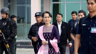 Aung San Suu Kyi (centre) at Sittwe airport. Photo: 2 November 2017