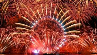 การแสดงพลุไฟสวยงาม ณ ลอนดอนอาย สัญลักษณ์สำคัญของกรุงลอนดอน ใช้เวลาการแสดงทั้งหมด 10 นาที