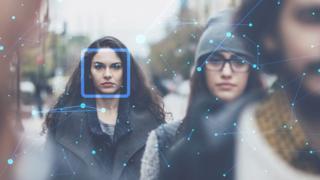 Snimak žena na ulici sa kamere sa tehnologijom za prepoznavanje