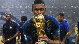 اللاعب الفرنسي امبابي يحمل الكأس. امبابي هو من أصول جزائرية/كاميرونية.