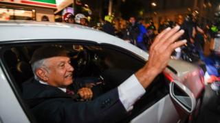 로페스 오브라도르 당선인이 당선 당시 그의 당선을 축하하는 지지자들에게 손을 흔들고 있다