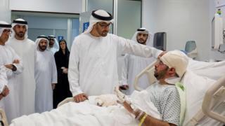 ولي عهد أبو ظبي، محمد بن زايد آل نهيان، خلال زيارة جمعة الكعبي في المستشفى يوم 14 يناير 2017