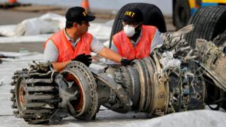 Investigators examine a turbine engine from the Lion Air flight JT 610 at Tanjung Priok port in Jakarta, 15 November 2018
