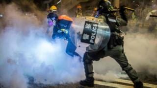 香港警察与示威者在街头发生冲突,使用了催泪弹