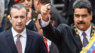 Tareck el-Aissami, oo bidix ka muuqda waxaa bishii hore magacaabay madaxweyne Nicolas Maduro