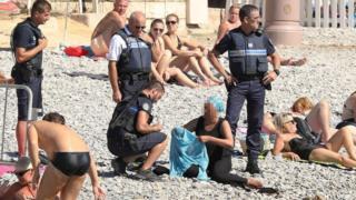 仏ニースの砂浜で「ブルキニ」を着ていた女性を警察が取り締まった。ニースでは7月にイスラム過激派の攻撃で80人以上が死亡している。