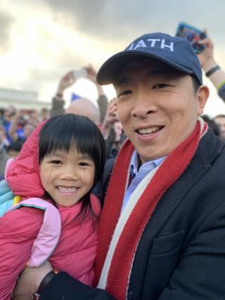 小女孩可能是當天年紀最小的支持者,楊安澤一把將她抱起,親切合照。