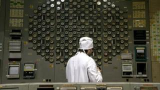 Закриття ЧАЕС у 2000 році призвело до зупинки всіх блоків. На фото чоловік у білому халаті на щиті управління одного з блоків ЧАЕС