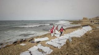 Miili ya wahamiaji 74 yasombwa hadi fukwe za Libya