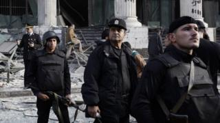 Des policiers égyptiens à l'extérieur du palais de justice au Caire où une bombe avait explosé dans la rue en 2014