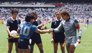 Ali Bennaceur antes del partido junto a Maradona y Shilton.