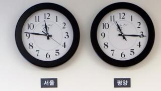지난 27일 판문점 평화의 집 대기실에 걸려 있는 서울과 평양 시계가 서로 다른 시각을 가르키고 있다