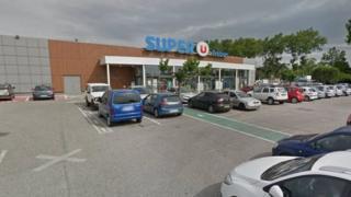 Супермаркет, в якому утримують заручників
