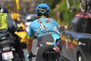 El danés Michael Valgren, del equipo Astana, muestra los efectos que dejó la novena etapa del Tour de Francia en su cuerpo.