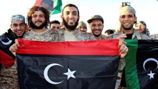 กองกำลังฝ่ายรัฐบาล ถือธงของลิเบีย