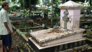 Mulyono, penjaga makam di TPU Giriloyo, Kota Magelang, Jawa Tengah, menunjukkan makam yang dirusak.
