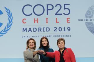 دبیر اجرایی تغییرات اقلیمی سازمان ملل (راست) در کنار وزاری محیط زیست شیلی و اسپانیا در نشستی خبری در آغاز کنفرانس مادرید