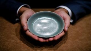 Di brush washer bowl come from di court ware of di late northern Song dynasty.